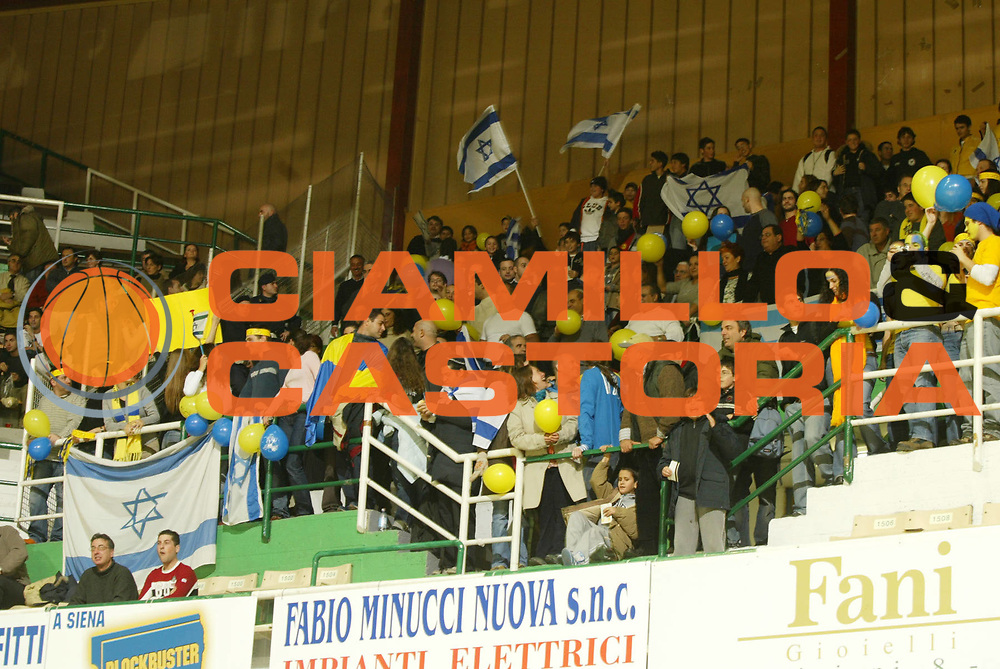 DESCRIZIONE : SIENA EUROLEGA EUROLEAGUE 2004-2005<br />GIOCATORE : TIFOSI - SUPPORTERS<br />SQUADRA : MACCABI TEL AVIV  <br />EVENTO : EUROLEGA EUROLEAGUE 2004-2005<br />GARA : MONTEPASCHI SIENA-MACCABI TEL AVIV<br />DATA : 06/01/2005<br />CATEGORIA : Tiro<br />SPORT : Pallacanestro<br />AUTORE : AGENZIA CIAMILLO &amp; CASTORIA