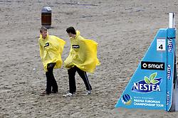 20-08-2006 VOLLEYBAL: NK BEACHVOLLEYBAL: SCHEVENINGEN<br /> Support, regen en Nestea<br /> ©2006-WWW.FOTOHOOGENDOORN.NL