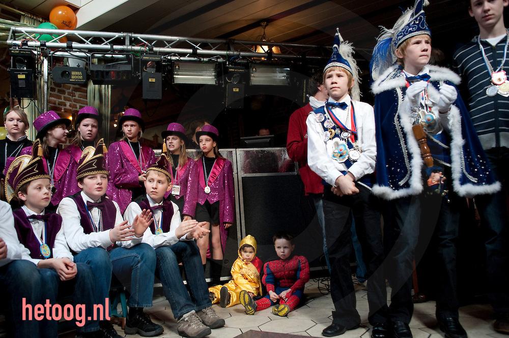 Carnaval presentatie van jeugdprinsen van twente in de Saksenstal in Overdinkel 14-02-2009