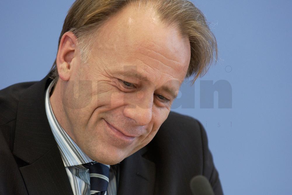 31 MAR 2004, BERLIN/GERMANY:<br /> Juergen Trittin, B90/Gruene, Bundesumweltminister, waehrend einer Pressekonferenz zum Kabinettsbeschuss zum Emissionshandel, Bundespressekonferenz<br /> IMAGE: 20040331-01-010<br /> KEYWORDS: J&uuml;rgen Trittin, BPK