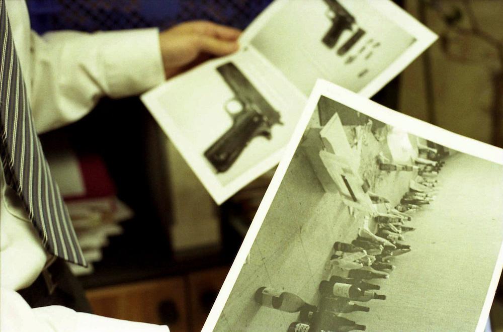 Commissaire de Corbeil-Essonnes avec les documents d'enregistrements des armes et cocktail molotov trouv&eacute;s cach&eacute;s dans un appartement mur&eacute; dans la cit&eacute; des Tarter&ecirc;ts.<br /> <br /> Records of weapons and molotov cocktail found hidden in some abandoned appartement in the Trater&ecirc;ts neighborhood.