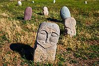 Kirghizistan, province de Chuy, balbals, stèles en pierre sur le site archéologique de l'ancienne ville de Balasagun  //  Kyrgyzstan, Chuy province, balbal grave stone, ancien city of Balagasun