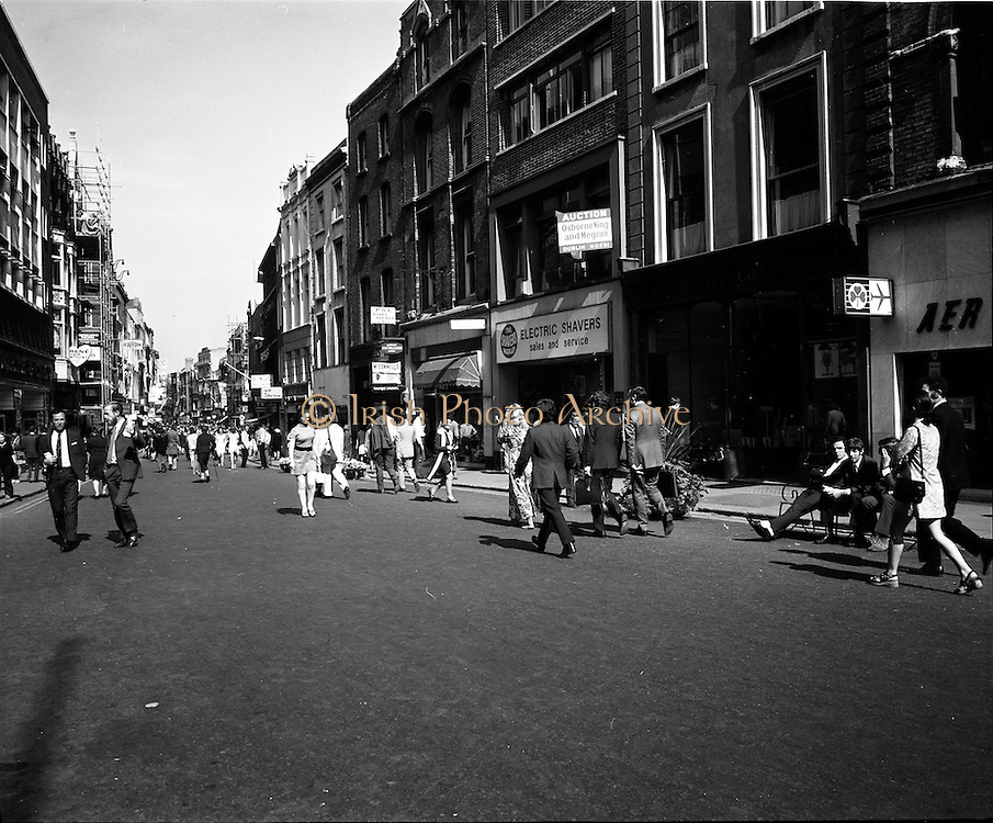 06/09/1971<br /> 09/06/1971<br /> 06 September 1971<br /> Grafton Street, Dublin's most fashionable shopping street, turned back the clock o Monday 6th September 1971, when pedestrians only became the law from 11.00 to 18.30 for a trial period of four weeks. Picture shows the street in blazing sunshine with the pedestrians taking advantage of their new found freedom.