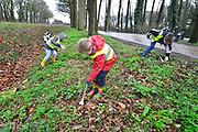 Nederland, Ewijk, 16-3-2017Op de nationale schoonmaakdag, de derde zaterdag in maart, maken vooral scholieren en leden van de scouting, het landgoed Doddendaal schoon van zwerfvuil. Foto: Flip Franssen