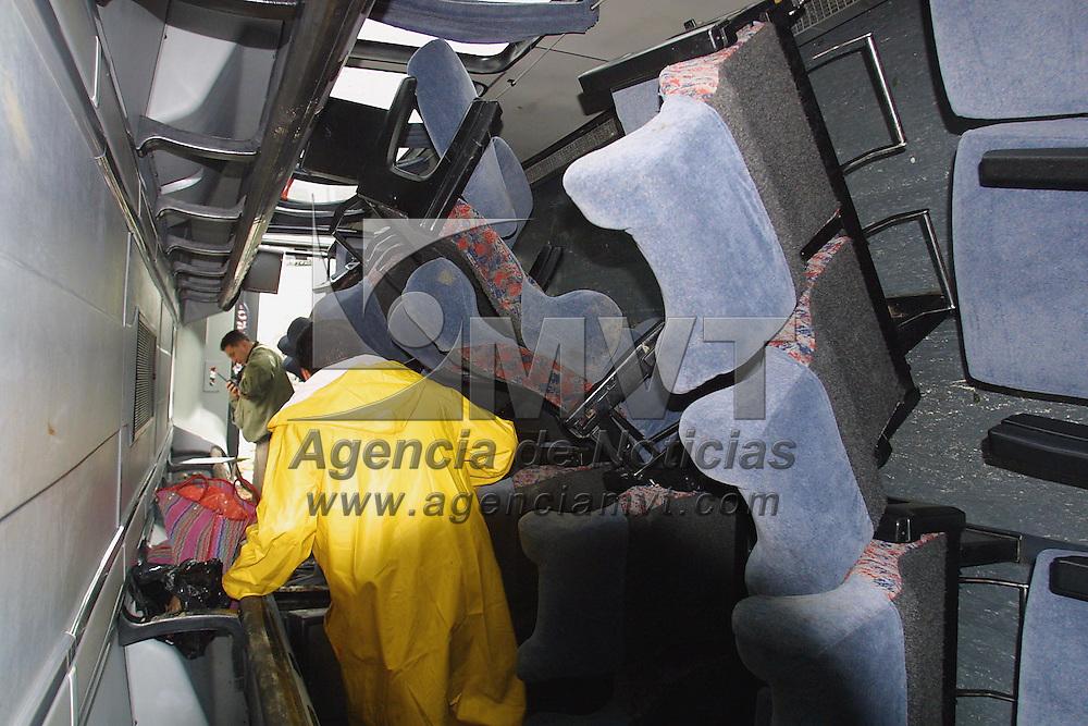 Lerma, M&eacute;x.- Al menos 25 personas resultaron lesionadas al volcarse un autobus de pasajeros procedente de Naucalpan en el kilometro 38 aprox. de la carretera Mexico Toluca, los lesionados fueron trasladados por ambulancias de la CRuz Roja y SUEM a diversos hospitales de Toluca. Agencia MVT / Mario V&aacute;zquez de la Torre. (DIGITAL)<br /> <br /> NO ARCHIVAR - NO ARCHIVE