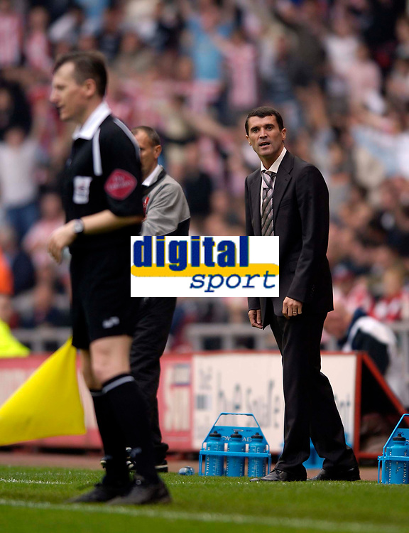 Photo: Jed Wee.<br />Sunderland v Leicester City. Coca Cola Championship. 16/09/2006.<br /><br />Sunderland manager Roy Keane (R) stares down the referee's assistant following a dubious decision.