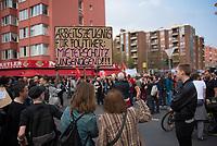 DEU, Deutschland, Germany, Berlin, 14.04.2018: Demonstration gegen steigende Mieten unter dem Motto Wiedersetzen - Gemeinsam gegen Verdrängung und Mietenwahnsinn. Frau mit Schild: Mieterschutz ungenügend.