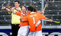 AMSTERDAM - Vreugde bij Bloemendaal nadat Jamie Dwyer op voorgeven van Teun de Nooijer (2e van links) de winnende treffer heeft gemaakt, zondag tijdens de hockeytopper bij de mannen tussen Amsterdam en Bloemendaal (2-3). De scheidsrechter (l)  wijst naar het midden.