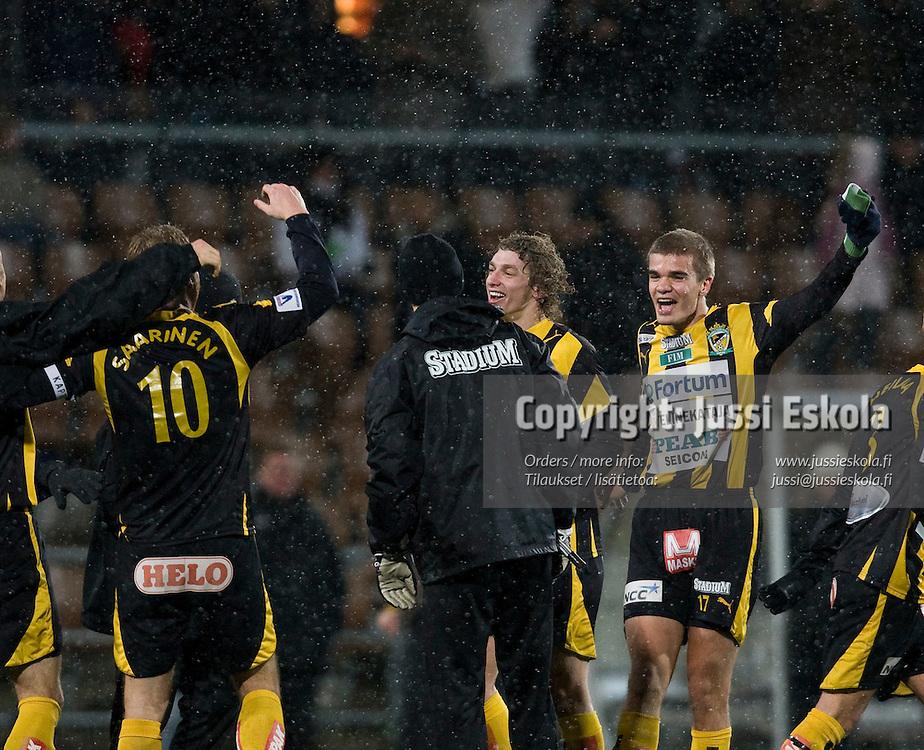 Honka juhlii voittoa, oik. Jami Puustinen, Roni Porokara. HJK - Honka, Suomen Cupin välierä 3.11.2007. Photo: Jussi Eskola