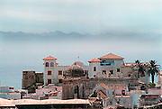 Spanje, Tarifa, 10-9-2004..Uitzicht op de stad aan de straat van Gibraltar. Op de achtergrond de bergen langs de kust van Marokko. Costa de Luz. Moren, Moorse invloed op bouwkunst...Foto: Flip Franssen/Hollandse Hoogte