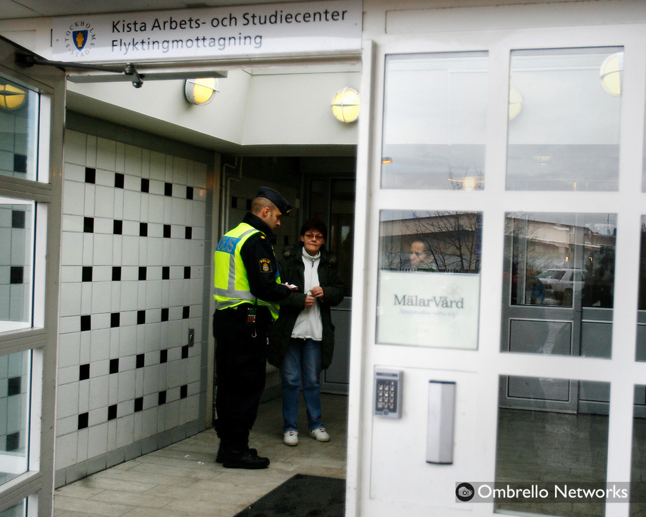 STOCKHOLM 070204<br /> L&auml;genhetsbrand i Akalla, en person omkom. I bild: Polisen f&ouml;rh&ouml;r vittnen.