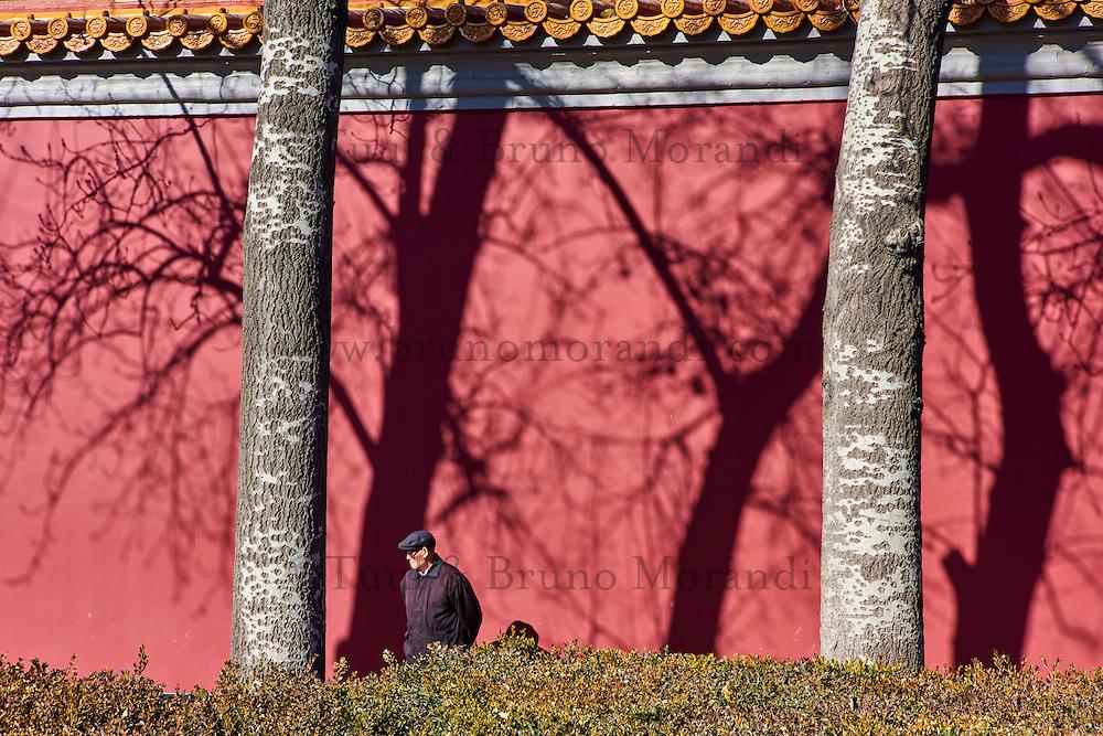 Chine, Pékin (Beijing), le palais impérial, la Cité Interdite, classée Patrimoine Mondial de l'UNESCO, mur exterieur // China, Beijing, the Heavenly gate to the Forbidden City, outside wall