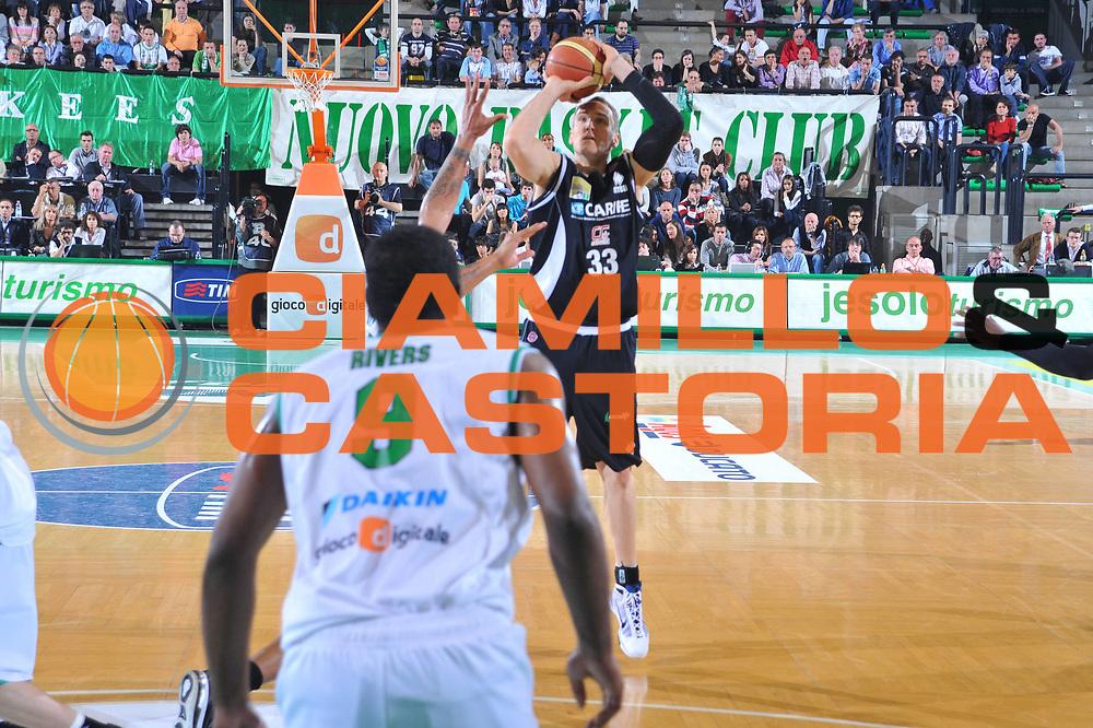 DESCRIZIONE : Treviso Lega A 2009-10 Basket Benetton Treviso Carife Ferrara<br /> GIOCATORE : Sven Schultze<br /> SQUADRA : Carife Ferrara<br /> EVENTO : Campionato Lega A 2009-2010<br /> GARA : Benetton Treviso Carife Ferrara<br /> DATA : 02/05/2010<br /> CATEGORIA : Tiro Three Points<br /> SPORT : Pallacanestro<br /> AUTORE : Agenzia Ciamillo-Castoria/M.Gregolin<br /> Galleria : Lega Basket A 2009-2010 <br /> Fotonotizia : Treviso Campionato Italiano Lega A 2009-2010 Benetton Treviso Carife Ferrara<br /> Predefinita :