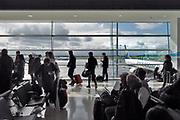 Ierland, Ireland, Dublin, 27-3-2018Passagiers voor een vlucht met Ryanair naar Eindhoven staan in de rij om aan boord te gaan.Foto: Flip Franssen