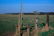 A913G0 Country stile and footpath marker, Butley, Suffolk, England