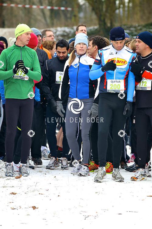 ZALTBOMMEL - Vanuit de Kindertuin starten vandaag de Singelcross. Vele deelnemers trotseerden de kou om zo hun rondjes te lopen in het park langs de singel van Zaltbommel. FOTO LEVIN DEN BOER - PERSFOTO.NU
