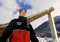 Hopp: verdenscup WC Hoppuka. 30.12.2001 Oberstdorf, Deutschland,<br />Martin Schmitt vor der Schattenbergschanze am Sonntag (30.12.2001) beim 1.Springen der Vierschanzentournee in Oberstdorf. <br />Foto: JAN PITMAN, Digitalsport