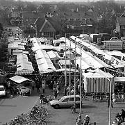 NLD/Huizen/19920307 - Markt Huizen op nieuwe tijdelijke locatie naast het gemeentehuis Huizen