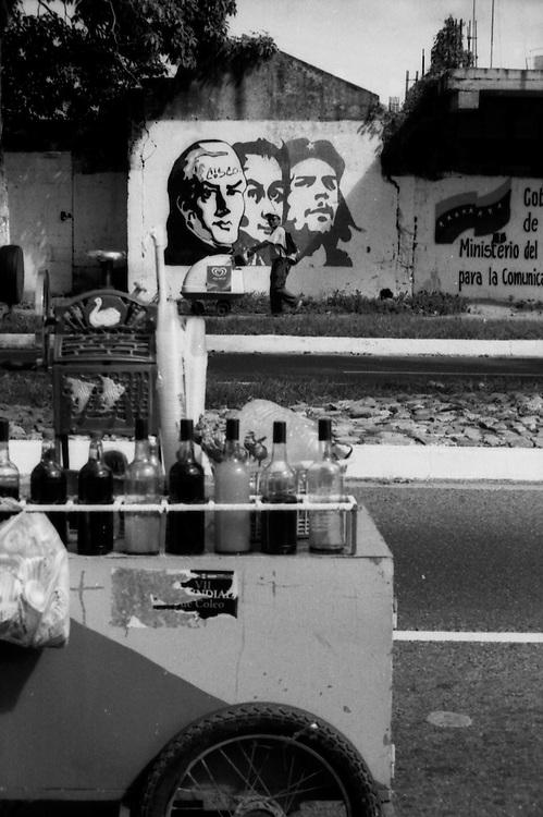 Mural de Simon Bolivar, Francisco de Miranda y el Che Guevaraen una de las calles de San Felipe, Estado Yaracuy - Venezuela.Photography by Aaron Sosa.Venezuela 2007.(Copyright © Aaron Sosa)