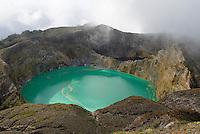 Indonesie. Flores. Cratere du volcan Kelimutu (1640m) // Indonesia. Flores. Kelimutu volcano crater.
