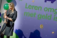VLEUTEN - Koningin Maxima luidt maandagochtend 14 maart op basisschool De Twaalfruiter in Vleuten de schoolbel voor de start van de zesde editie van de Week van het geld. Onder het motto 'jong geleerd is oud gedaan' wil platform Wijzer in geldzaken basisscholieren voorbereiden op financi&euml;le zelfredzaamheid in de toekomst. De Week van het geld 2016 vindt plaats van 14  tot en met 18 maart. COPYRIGHT ROBIN UTRECHT<br /> VLEUTEN - Queen Maxima reads Monday March 14 at primary school De Ruiter Twelve in Vleuten the school bell for the start of the sixth edition of Money Week. Under the motto &quot;learned young is done old&quot; platform will guide in finance primary school pupils prepare for financial independence in the future. Money Week 2016 will take place from 14 to 18 March. COPYRIGHT ROBIN UTRECHT