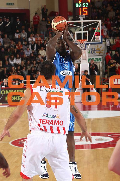 DESCRIZIONE : Teramo Lega A 2009-10 Bancatercas Teramo Martos Napoli<br /> GIOCATORE : Robert Traylor<br /> SQUADRA : Martos Napoli<br /> EVENTO : Campionato Lega A 2009-2010 <br /> GARA : Bancatercas Teramo Martos Napoli<br /> DATA : 20/12/2009<br /> CATEGORIA : tiro<br /> SPORT : Pallacanestro <br /> AUTORE : Agenzia Ciamillo-Castoria/C.De Massis<br /> Galleria : Lega Basket A 2009-2010 <br /> Fotonotizia : Teramo Lega A 2009-10 Basket Bancatercas Teramo Martos Napoli<br /> Predefinita :