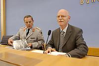 19 AUG 2002, BERLIN/GERMANY:<br /> Wolfgang Schneiderhan, Generalinspekteur der Bundeswehr, und Peter Struck, SPD, Bundesverteidigungsminister, betrachten Luftbildaufnahmen des Hochwassergebietes, vor Beginn der Pressekonferenz zum Einsatz der Bundeswehr im Rahmen der Hochwasserhilfe, Bundespressekonferenz<br /> IMAGE: 20020819-01-001<br /> KEYWORDS: Hochwasser