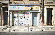 Gesloten winkel met gevel met posters en graffiti in centrum van Avignon, Frankrijk - Closed shop in the center of Avignon, France