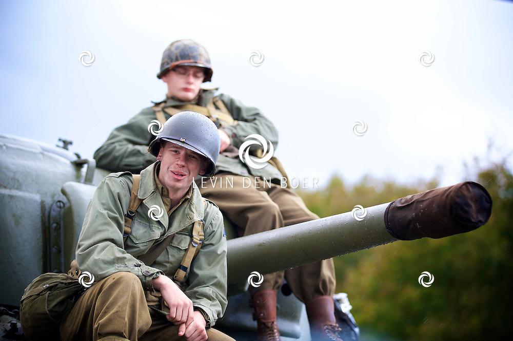 AMERSFOORT - Op de Militaire Basis 'De Bernhardkazerne' is de nieuwe film 'Fury' met acteur Brad Pritt in premiere gegaan. Met hier op de foto  figuranten en vrijwilligers als oude soldaten. FOTO LEVIN DEN BOER - PERSFOTO.NU