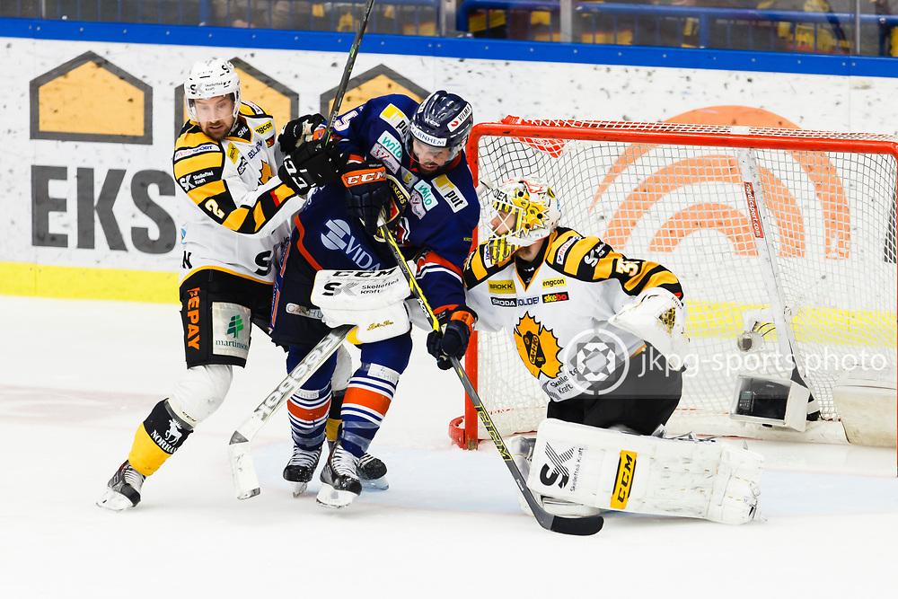 150423 Ishockey, SM-Final, V&auml;xj&ouml; - Skellefte&aring;<br /> Erik Andersson, Skellefte&aring; AIK och Josh Hennessy, V&auml;xj&ouml; Lakers Hockey framf&ouml;r m&aring;lvakten Markus Svensson, Skellefte&aring; AIK.<br /> &copy; Daniel Malmberg/Jkpg sports photo