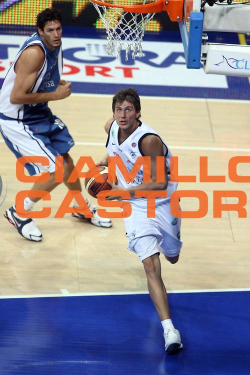 DESCRIZIONE : Bologna Lega A1 2005-06 Play Off Semifinale Gara 3 Climamio Fortitudo Bologna Carpisa Napoli<br /> GIOCATORE : Mancinelli<br /> SQUADRA : Climamio Fortitudo Bologna<br /> EVENTO : Campionato Lega A1 2005-2006 Play Off Semifinale Gara 3<br /> GARA : Climamio Fortitudo Bologna Carpisa Napoli<br /> DATA : 07/06/2006 <br /> CATEGORIA : Penetrazione Schiacciata Sequenza<br /> SPORT : Pallacanestro <br /> AUTORE : Agenzia Ciamillo-Castoria/E.Castoria