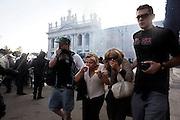 ROMA. CITTADINI SCAPPANO DA PIAZZA SAN GIOVANNI SOTTO IL FUMO DEI LACRIMOGENI LANCIATI DALLE FORZE DELL'ORDINE PER FRONTEGGIARE I BLACK BLOCK;