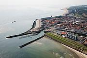Nederland, Zeeland, Vlissingen, 04-07-2006; Rede van Vlissingen, gezien naar de binnenstad, met de twee havenhoofden van de jachthaven; langs de Noordzeekust (boven het midden) de Gevangentoren (ingeklemd tussen nieuwbouw) en  verder naar rechtsboven de boulevard met hoogbouw (flats), grenzend aan natuurgebied Nollebosch. .The Westerschelde (water) with the roadstead of Vlissingen, view on town, the two pier heads of the marina, on the right the hig-rise buildings on the De Ruyter Boulevard..uchtfoto, 25 procent toeslag / .luchtfoto (toeslag); aerial photo (additional fee required); .foto Siebe Swart / photo Siebe Swart