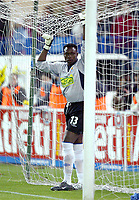 Carlos Idriss KAMENI, Cameroonian Football player and Espanyol goalkeeper, holds on to his goal's net. Atletico de Madrid - Espanyol / League 2004-05. Vicente Calderon Stadium, Madrid. 16-04-2005.<br /> Norway only