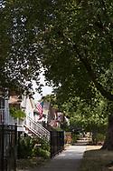 Gata i Andersonville med tr&auml;hus i l&aring;nga rader och amerikanska fasadflaggor. <br /> <br /> Chicago, Illinois, USA<br /> <br /> Foto: Christina Sj&ouml;gren