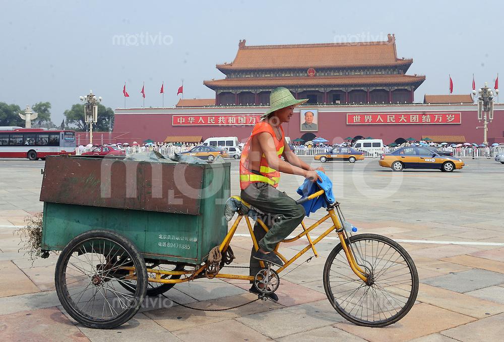 Olympia 2008  Peking  09.08.2008   Ein Radfahrer mit einem Muellbehaelter faehrt am Eingang zur verbotenen Stadt mit dem Mao-Bildnis vorbei.