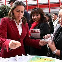 METEPEC, México.- Ana Lilia Herrera Anzaldo,  alcaldesa de Metepec, Laura Barrera Fortoul, directora general del Sistema Estatal para el Desarrollo Integral de la Familia (DIFEM), dieron inicio al programa de Orientación Alimentaria Infantil,  en las instalaciones de la Universidad del Valle de México, dicho programa se llevará a cabo conjuntamente con estudiantes de la Licenciatura en Nutrición quienes visitarán las instituciones educativas para impartir pláticas de alimentación dirigidas sobre todo a los padres de familia. Agencia MVT / José Hernández. (DIGITAL)