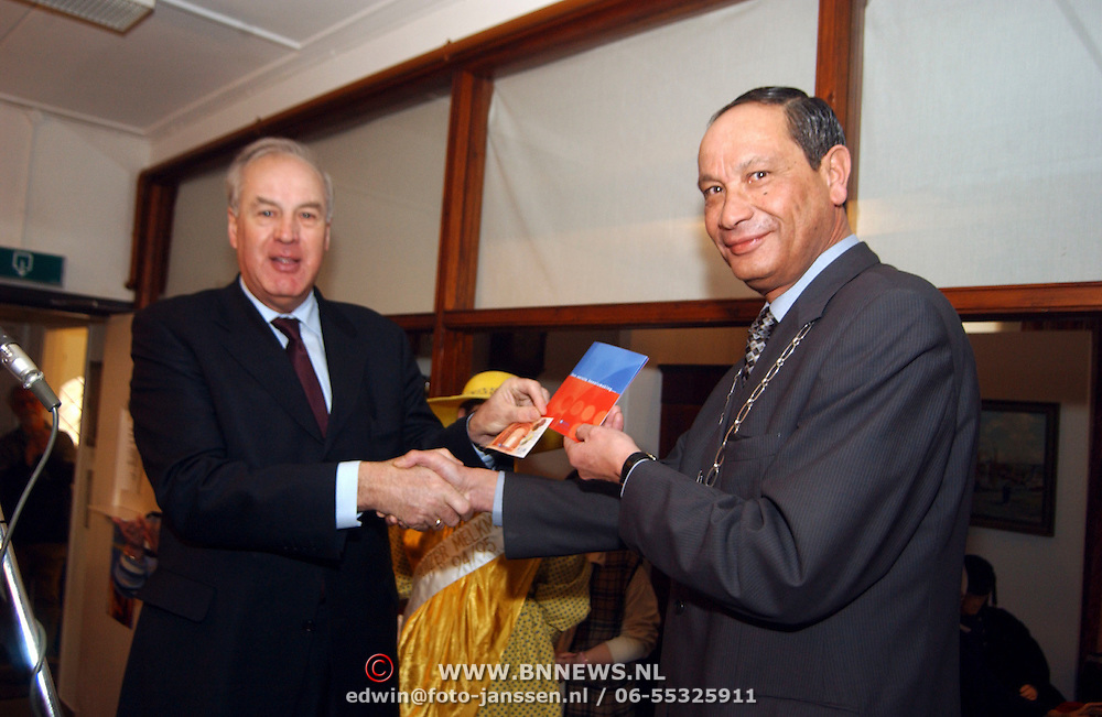 Overhandiging eerste Euro kit aan burgemeester Jos Verdier
