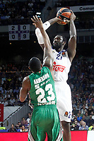 Real Madrid's Othello Hunter (r) and Darussafaka Dogus Istambul's James Anderson during Euroleague, playoffs, Game 2. April 21, 2017. (ALTERPHOTOS/Acero)