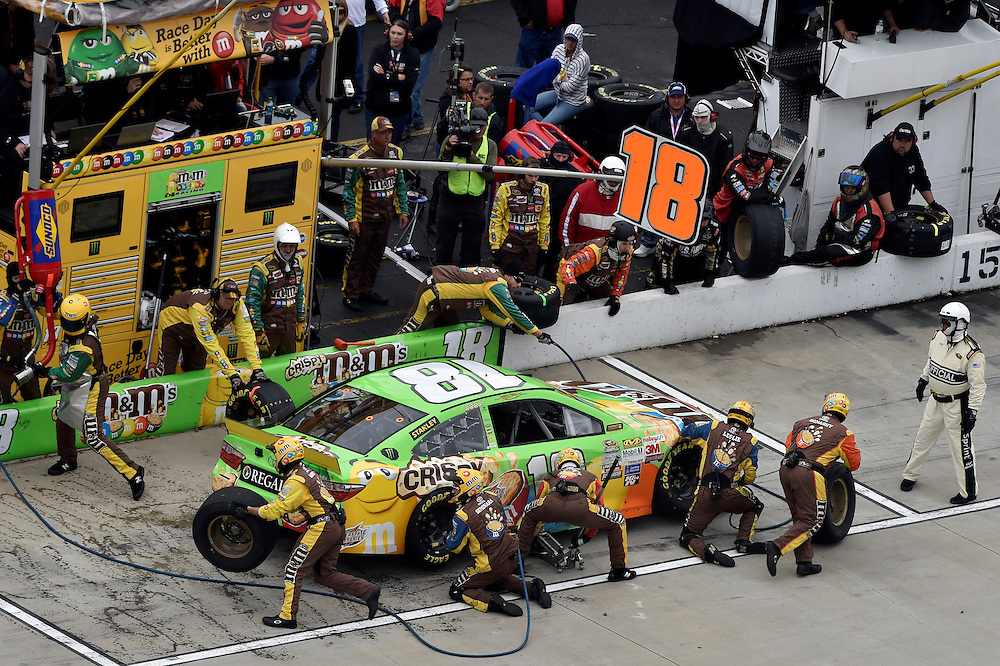 30 October - 1 November, 2015, Martinsville, Virginia USA<br /> Kyle Busch, M&amp;M's Crispy Toyota Camry pit stop<br /> &copy;2015 Scott R LePage <br /> LAT Photo USA