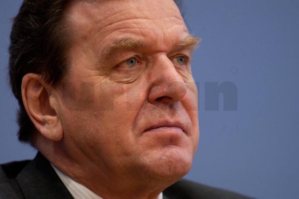 06 FEB 2004, BERLIN/GERMANY:<br /> Gerhard Schroeder, SPD, Bundeskanzler und SPD Parteivorsitzender, waehrend der Pressekonferenz zur Bekanntgabe seines Ruecktritts vom Parteivorsitz, Bundespressekonferenz<br /> IMAGE: 20040206-03-032<br /> KEYWORDS: Gerhard Schr&ouml;der, BPK, R&uuml;cktritt,