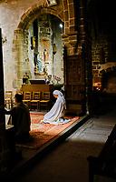 France, Manche (50), Baie du Mont Saint-Michel classé Patrimoine Mondial de l'UNESCO, Abbaye du Mont Saint-Michel, nonne en prière dans l'église paroissiale St-Pierre // France, Normandy, Manche department, Bay of Mont Saint-Michel Unesco World Heritage, Abbey of Mont Saint-Michel