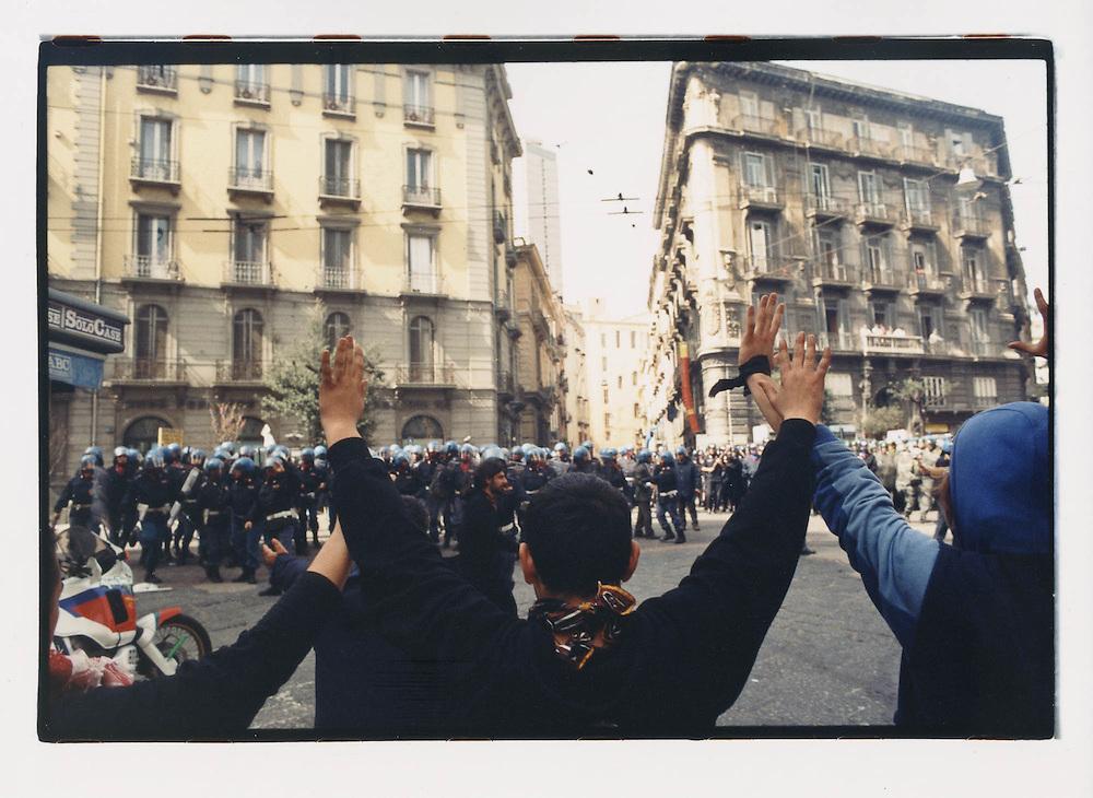 """Napoli, No Global Forum, marzo 2001. 17 marzo, """"Global Action Day"""", corteo contro il forum OCSE sul digital divide. Piazza Municipio e dintorni, cariche delle forze di polizia."""