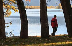 THEMENBILD - ein Mann spaziert an der Uferpromenade an einem sonnigen Herbsttag, aufgenommen am 21. Oktober 2015, Zell am See, Österreich // a man walking along the promenade on a sunny Autumn Day, Zell am See, Austria on 2015/10/21. EXPA Pictures © 2015, PhotoCredit: EXPA/ JFK