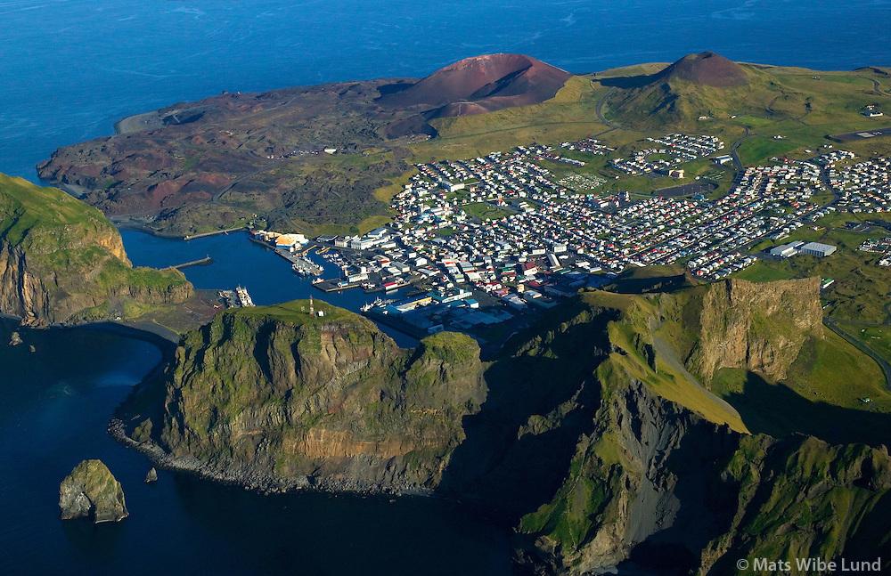 Vestmannaeyjar séð til suðausturs, Heimaklettur, Stóra-Klif og Litla-Klif í forgrunni. / Vestmannaeyjar - Westman Islands viewing southeast. Heimaklettur left, Stora-Klif and Litla-Klif in front.