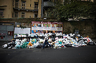 Napoli, Italia - 27 ottobre 2010. Cumuli di spazzatura non raccolta continuano ad invadere alcune strade del centro di Napoli..Ph. Roberto Salomone Ag. Controluce.ITALY - Piles of uncollected garbage downtown Naples on October 27, 2010.
