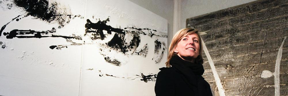 """Marie-Noëlle Martin. Ses peintures sont le reflet de sa personnalité, fluide et promesse d'une vie suspendue à ... Quoi? """"Aller à l'essentiel"""" répond-t-elle. Ses dyptiques sont un vaste espace brillant où se déferlent des traces qui emprisonnent le temps."""