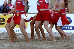 20-08-2006 VOLLEYBAL: NK BEACHVOLLEYBAL: SCHEVENINGEN<br /> Feest op Brunotti Beach met cheerleaders en danseressen<br /> ©2006-WWW.FOTOHOOGENDOORN.NL