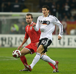 FRANKFURT, GERMANY - Wednesday, November 21, 2007: Wales' Carl Fletcher and Germany's Mario Go?mez during the final UEFA Euro 2008 Qualifying Group D match at the Commerzbank Arena. (Pic by David Rawcliffe/Propaganda)