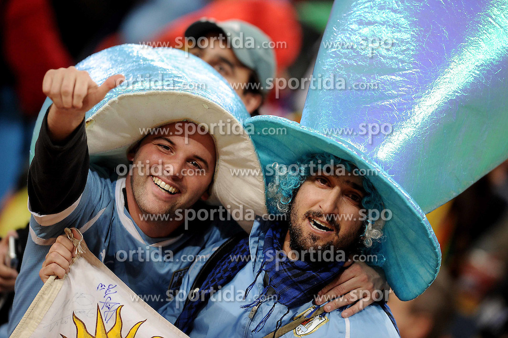 02.07.2010, Soccer City Stadium, Johannesburg, RSA, FIFA WM 2010, Viertelfinale, Uruguay (URU) vs Ghana (GHA) im Bild Uruguay Fans jubeln, EXPA Pictures © 2010, PhotoCredit: EXPA/ InsideFoto/ Perottino, ATTENTION! FOR AUSTRIA AND SLOVENIA ONLY!